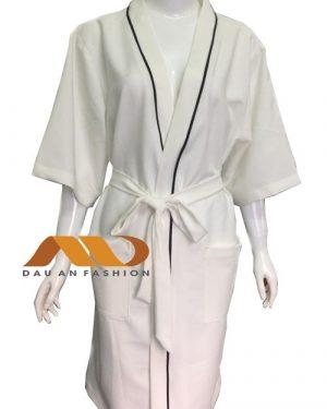 Áo choàng spa trắng viền đen cs0001