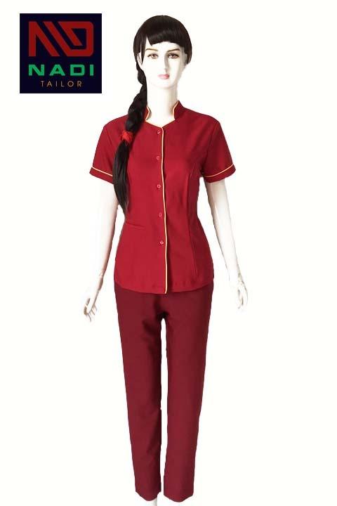 Áo đồng phục nhân viên spa màu đỏ viền vàng SPA011 với tông màu đỏ rượu vang ấm áp giúp tạo được thiện cảm và gây ấn tượng cho người đối diện