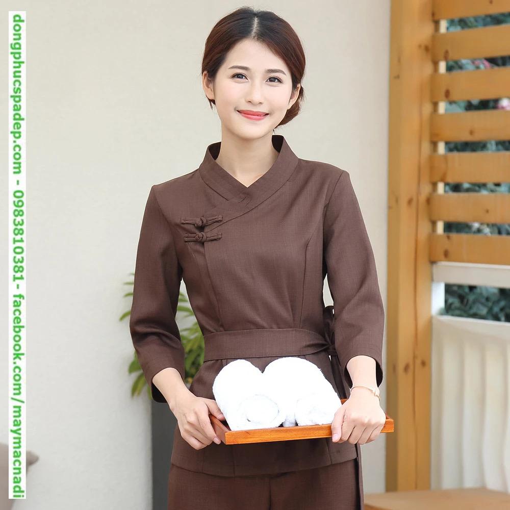 Nhấn eo bằng dây thắt lưng vải đồng màu, cổ áo vắt chéo kiểu kimono Nhật Bản. Điểm nhấn với cách gài nút khác biệt. Tôn da người mặc khi lựa chọn tông màu nâu đất đậm