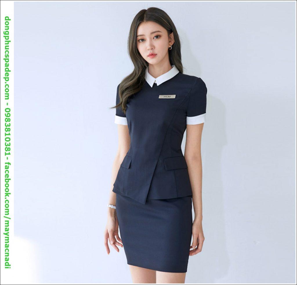 Sự kết hợp giữa áo sơ mi và váy mang đến cho nhân viên lễ tân đại diện cho dịch vụ làm đẹp một sự tinh tế, quyến rũ, đẳng cấp