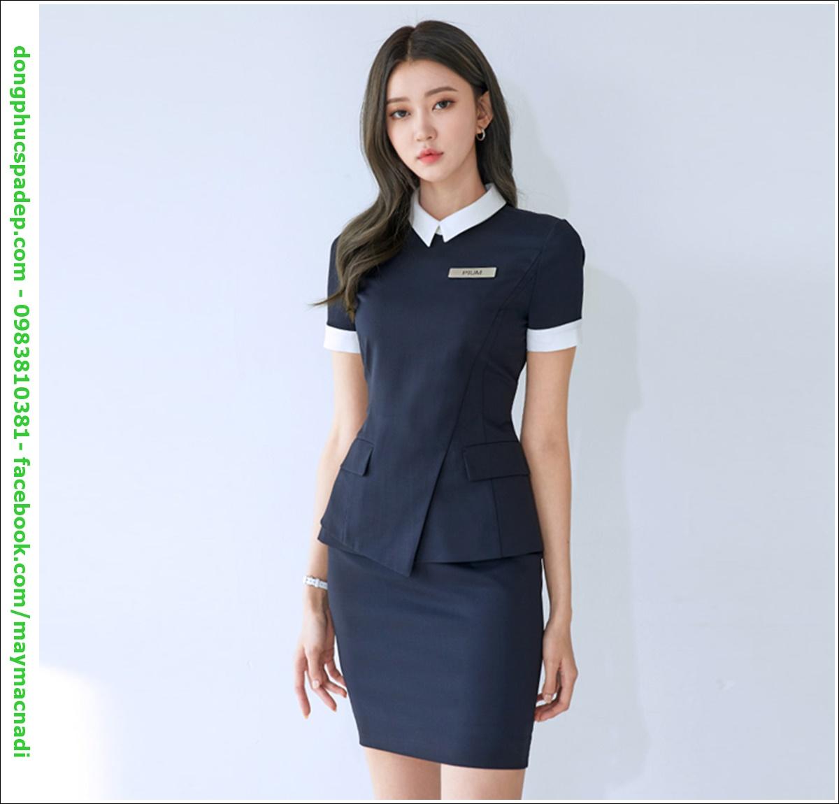 Sự kết hợp giữa áo sơ mi và váy mang đến cho nhân viên lễ tân đại diện dịch vụ làm đẹp một sự tinh tế, quyến rũ, đẳng cấp