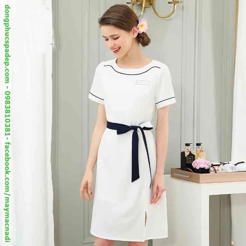 Váy đồng phục trắng thắt nơ eo.