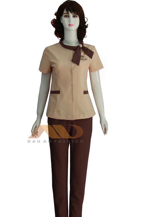 Chiếc nơ xinh xắn đính kèm trên cổ, sản phẩm tạo nên sự duyên dáng đồng điệu cho tổng thể đồng phục